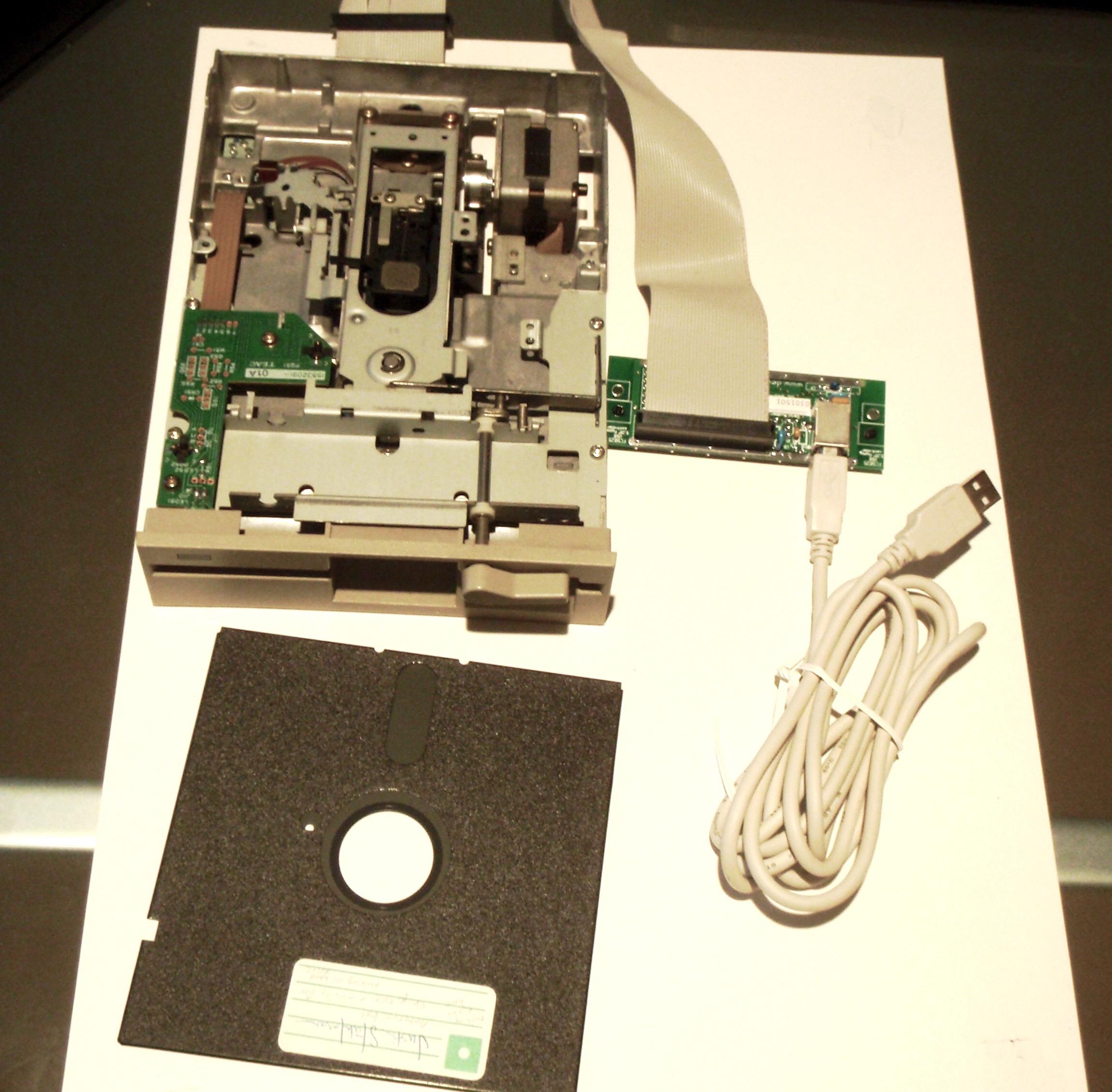 USB branché à un lecteur de disquettes 5,25 pouces TEAC FD-55GFR