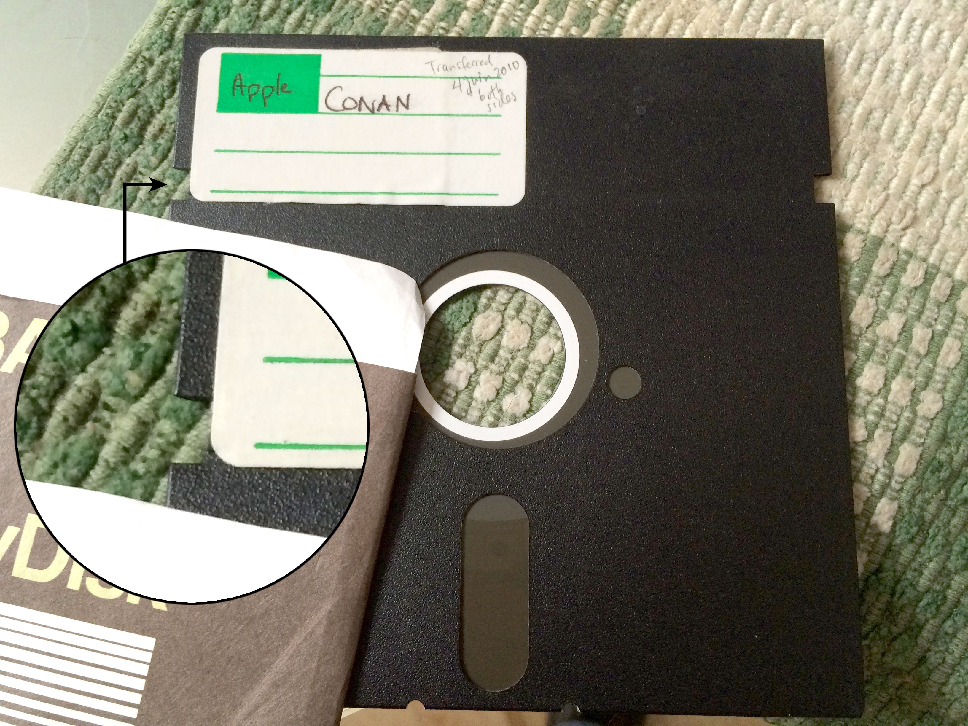 entaille sur la côté gauche de la disquette